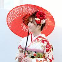 番傘に白い振袖姿の女性