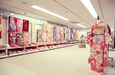とみひろ 振袖いちばん館 仙台店に並べられた色とりどりの鮮やかな振袖の生地