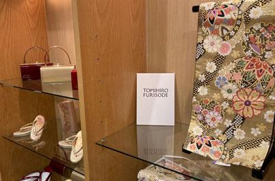 とみひろ 振袖いちばん館 新宿髙島屋の棚に並んだ商品